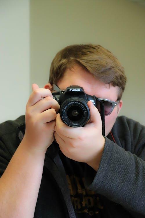 Foto d'estoc gratuïta de càmera, càmera que sosté la persona, DSLR, fotògraf