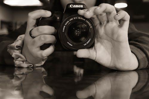 Foto d'estoc gratuïta de blanc i negre, càmera, DSLR, fotografia