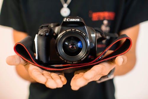 Foto d'estoc gratuïta de càmera, càmera que sosté la persona, DSLR, fotografia