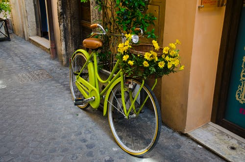 Зеленый крейсер пляжный велосипед с желтым цветком на корзине