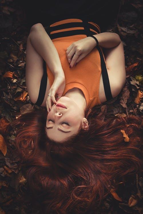 Foto stok gratis atraktif, bagus, berambut cokelat, Berbaring