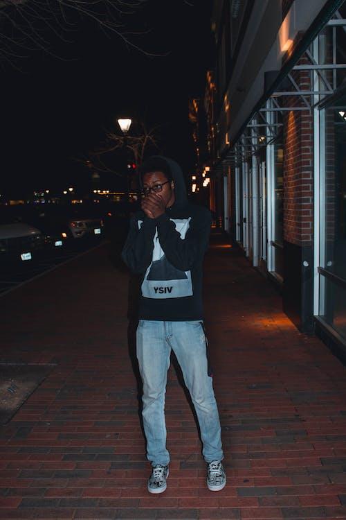 Бесплатное стоковое фото с вечер, городской, джинсы, досуг