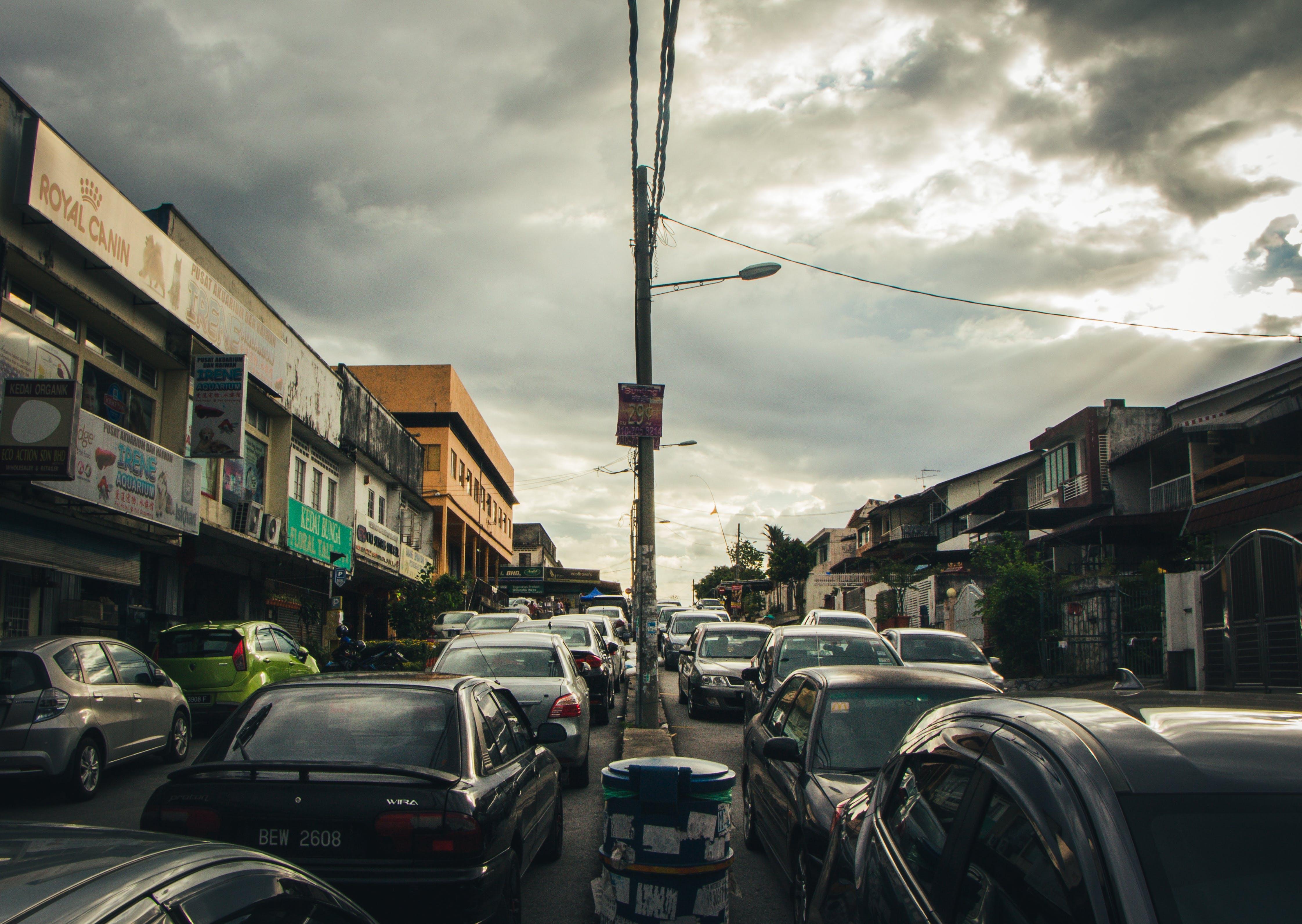 Kostenloses Stock Foto zu autos, bewölkt, draußen, gebäude