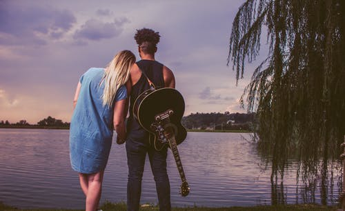 Foto profissional grátis de amor, homem, instrumento de cordas, instrumento musical