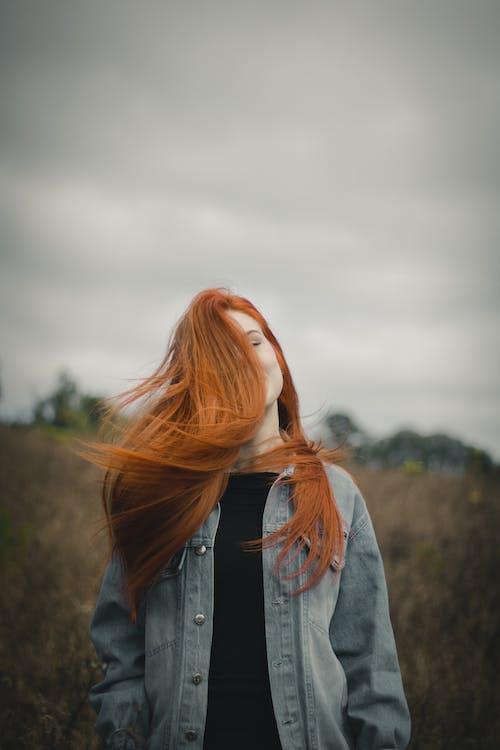 Foto d'estoc gratuïta de a l'aire lliure, cabell, cabells al vent, camisa negra