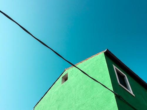 beton duvar, bina, camlar, dar açılı çekim içeren Ücretsiz stok fotoğraf