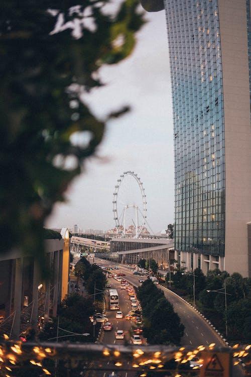 Gratis stockfoto met architectuur, attractie, auto's, avond