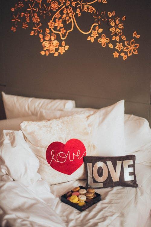 yastıklar, yatak, yatak odası içeren Ücretsiz stok fotoğraf