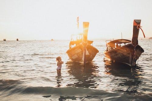 Безкоштовне стокове фото на тему «веселий, Водний транспорт, дитина, море»