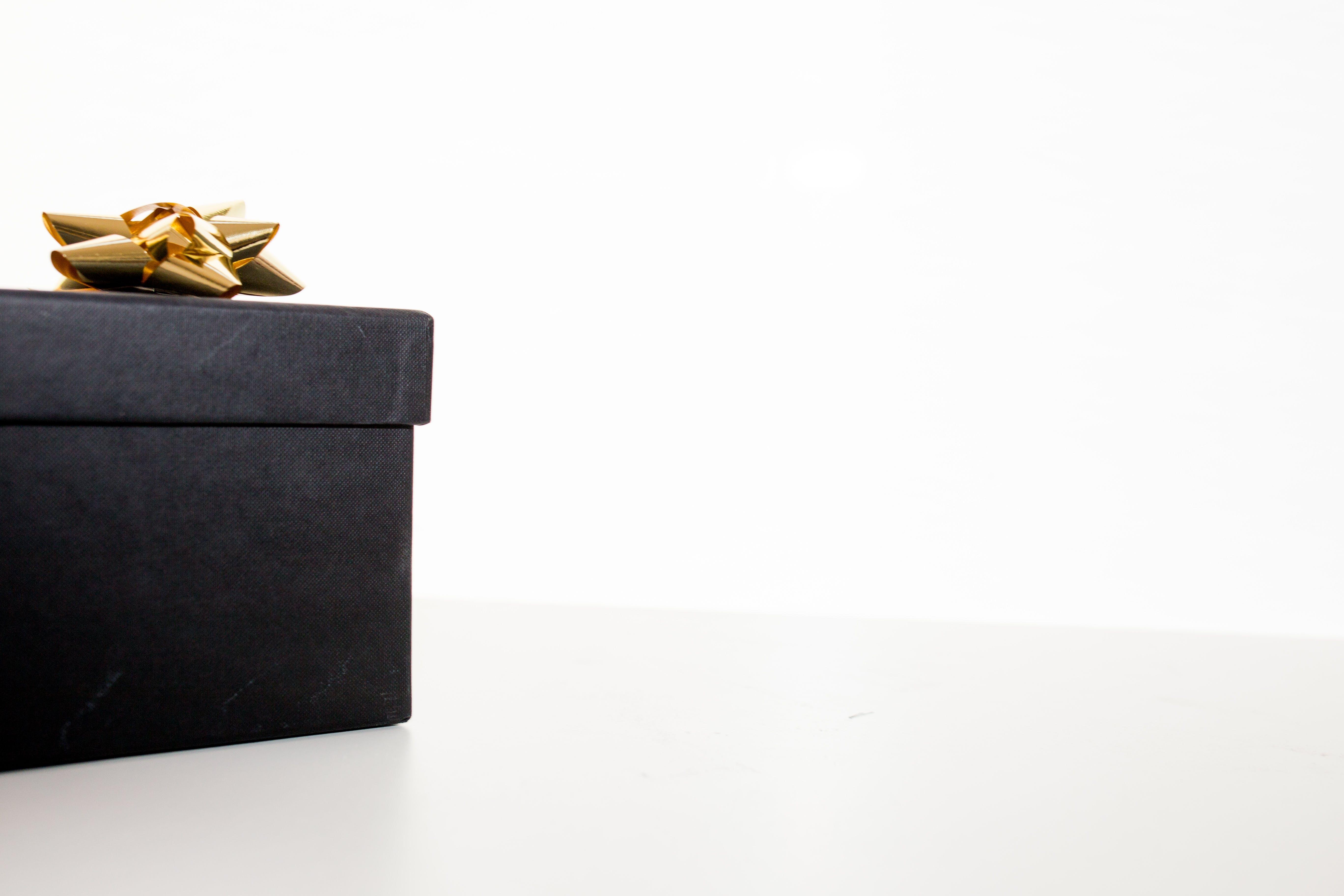Kostenloses Stock Foto zu bogen, box, geburtstagsgeschenk, geschenk