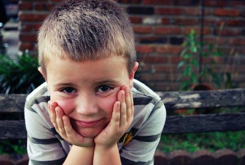 erkek çocuk, etrafta beklemek, genç adam, okul içeren Ücretsiz stok fotoğraf