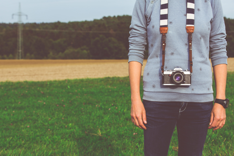 Kostenloses Stock Foto zu ausrüstung, draußen, dslr, fashion