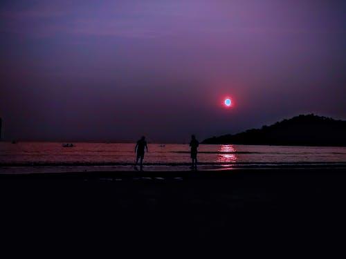 Foto stok gratis matahari terbenam di pantai, pantai, tepi laut