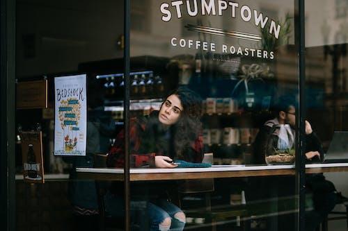 Darmowe zdjęcie z galerii z handel, kawiarnia, kobieta, odbicia światła