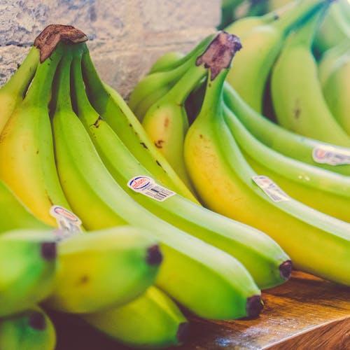 Kostenloses Stock Foto zu bananen, bündel, farben, früchte