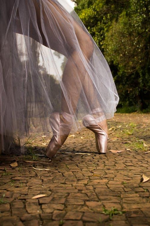 Fotos de stock gratuitas de arte callejero, bailarina contemporanea, zapatillas rojas