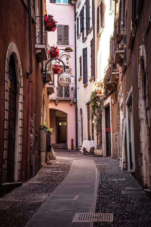Foto d'estoc gratuïta de arquitectura, carrer, carrer de llambordes, carrer de llambordins