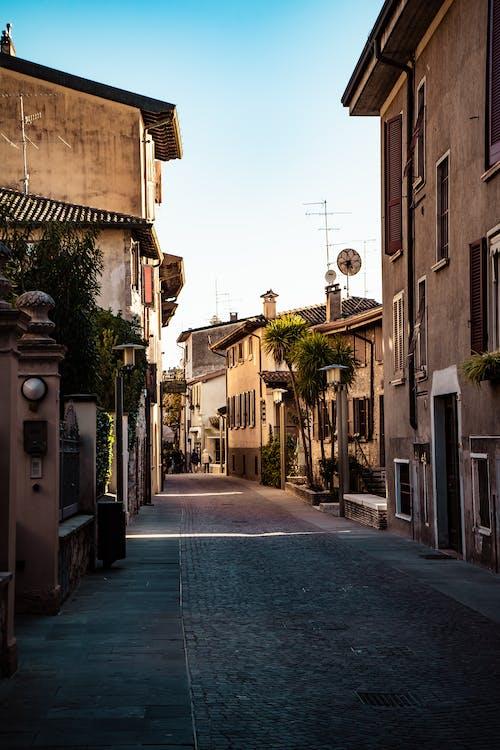 Foto d'estoc gratuïta de arquitectura, camí, carrer, carrer de llambordes