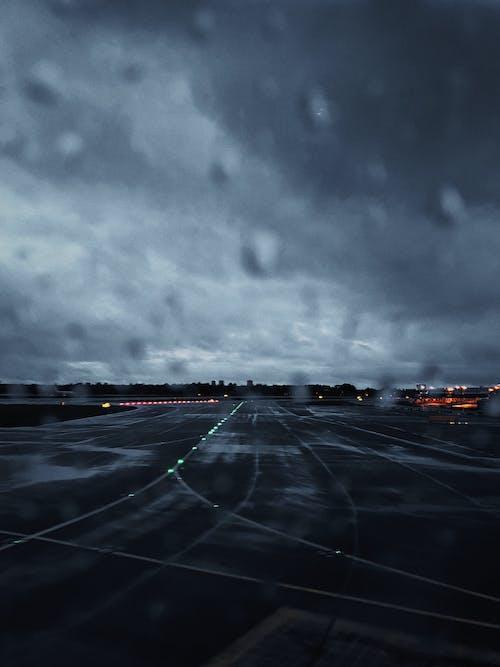 Бесплатное стоковое фото с асфальт, Аэропорт, буря, взлетная полоса