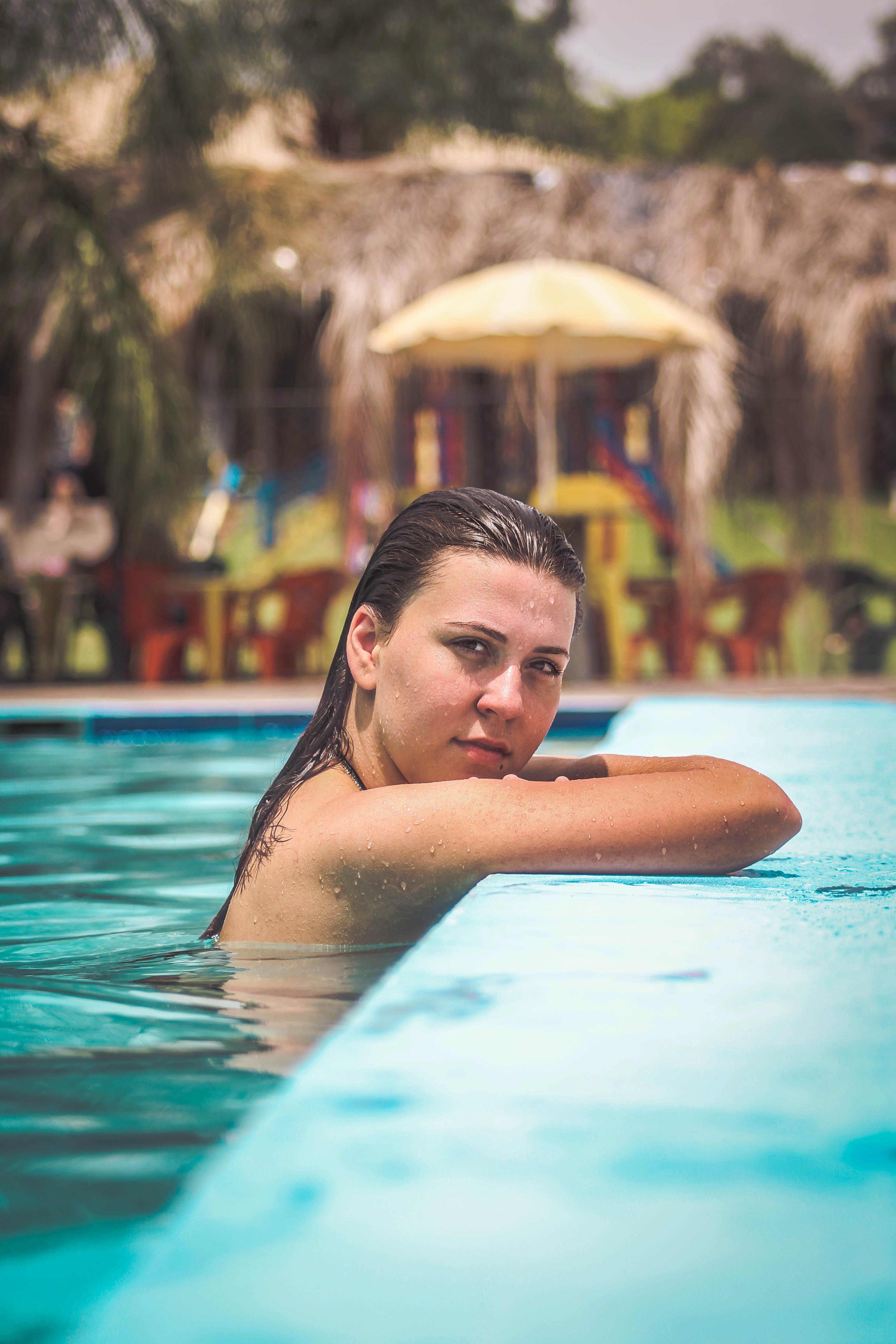 H2O, 경치가 좋은, 더그아웃 수영장, 라틴계 여자의 무료 스톡 사진