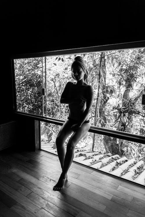 Foto d'estoc gratuïta de b/n, centelleig de llum, Dama, nuesa