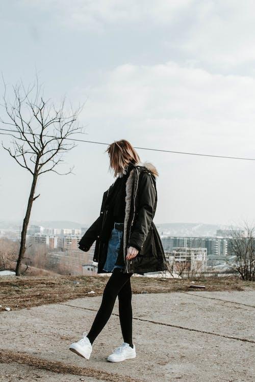 Darmowe zdjęcie z galerii z badać, dziewczyna, hipster, pozowanie