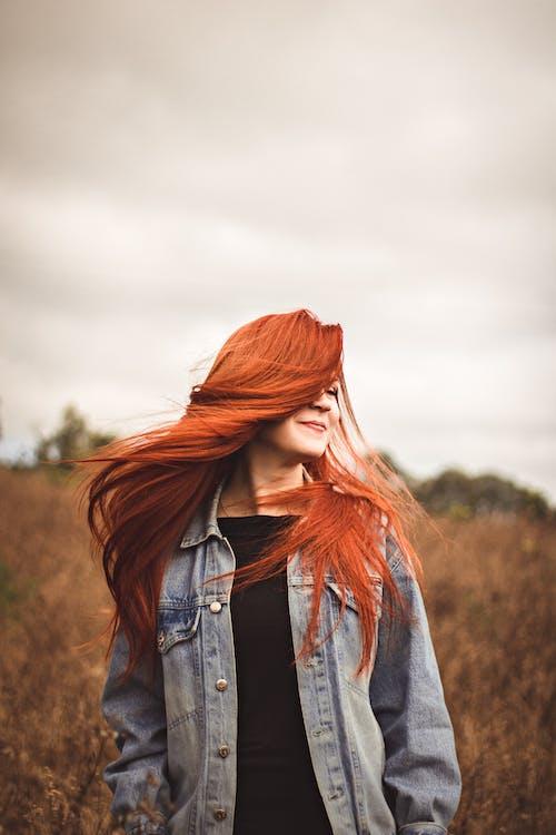 Gratis lagerfoto af flyvende hår, græsmark, kvinde, posere