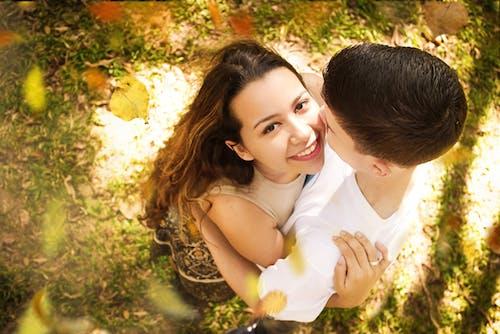 Darmowe zdjęcie z galerii z całowanie, drzewa, dzień, dziewczyna
