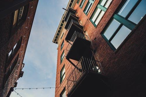 Kostenloses Stock Foto zu apartmentgebäude, architektur, moderne architektur, modernes gebäude