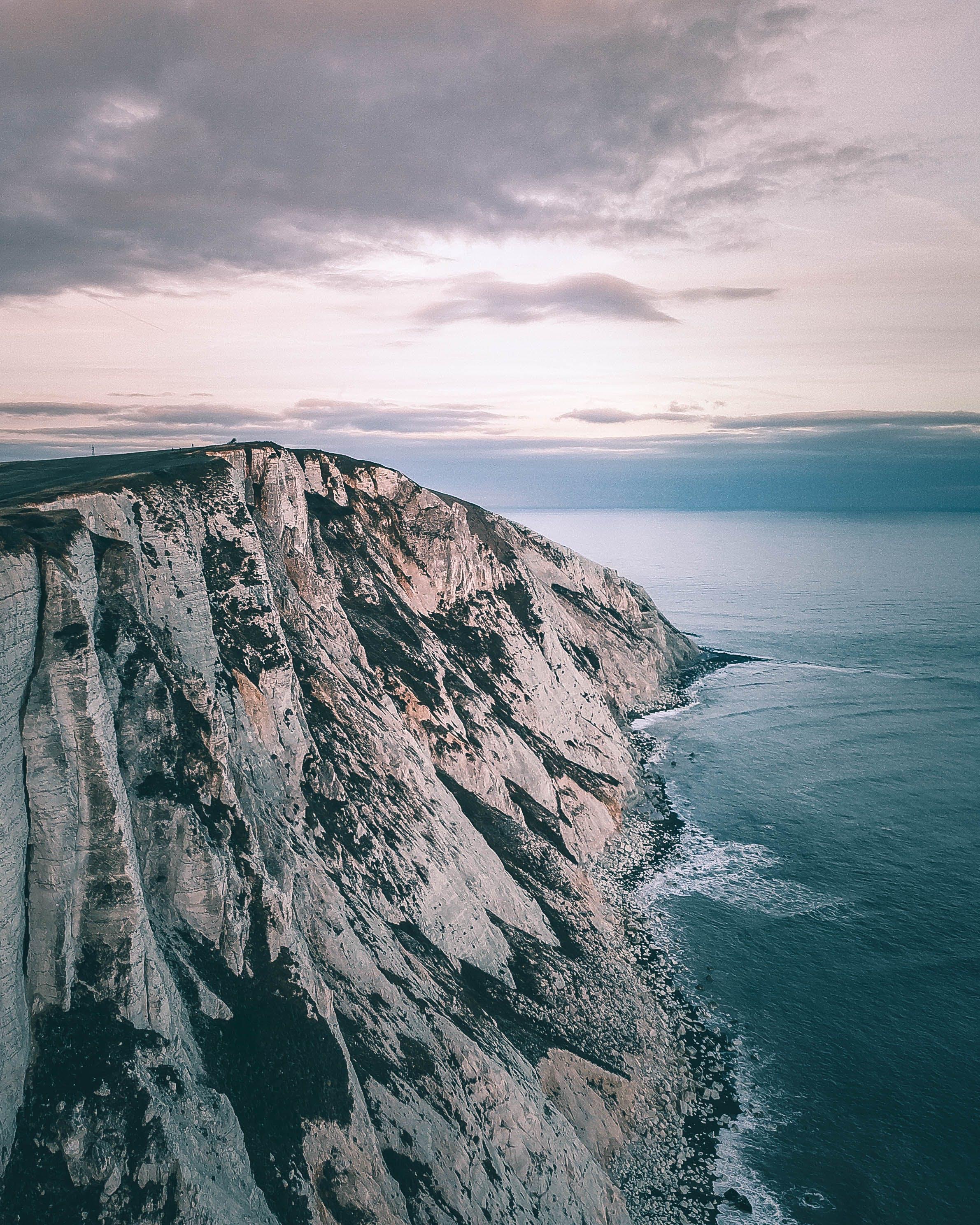 Gratis lagerfoto af droneoptagelse, fugleperspektiv, hav, klippe