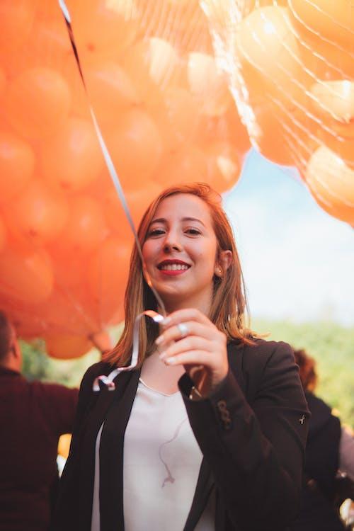 Kostenloses Stock Foto zu ballons, blond, frau, lächeln