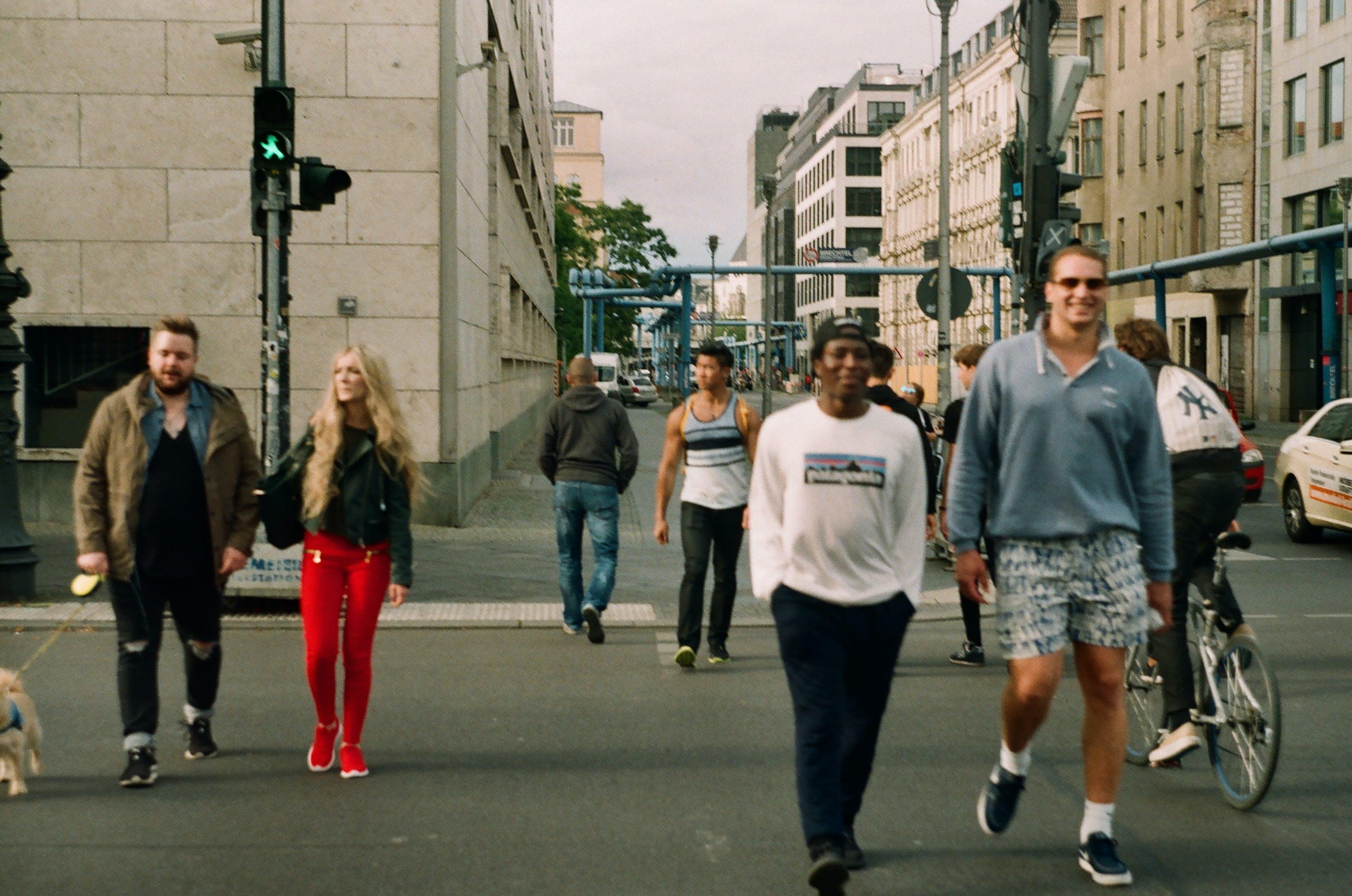 Základová fotografie zdarma na téma biker, chodci, chodník, chůze