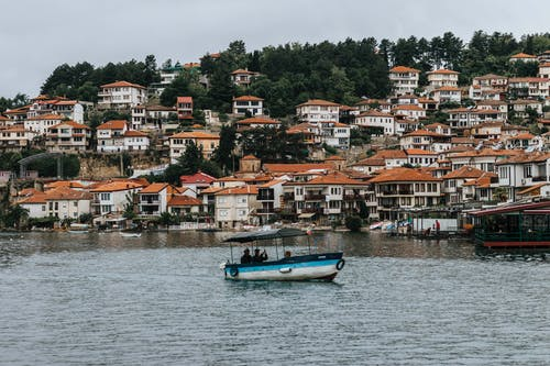 Foto d'estoc gratuïta de aigua, arbres, arquitectura, barca
