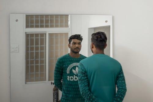 Ilmainen kuvapankkikuva tunnisteilla heijastus, intialainen poika, kompakti peili, miehet