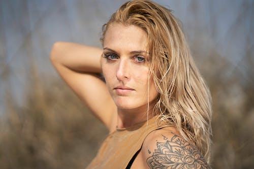 Безкоштовне стокове фото на тему «блакитні очі, блондинка, великий план, вираз обличчя»