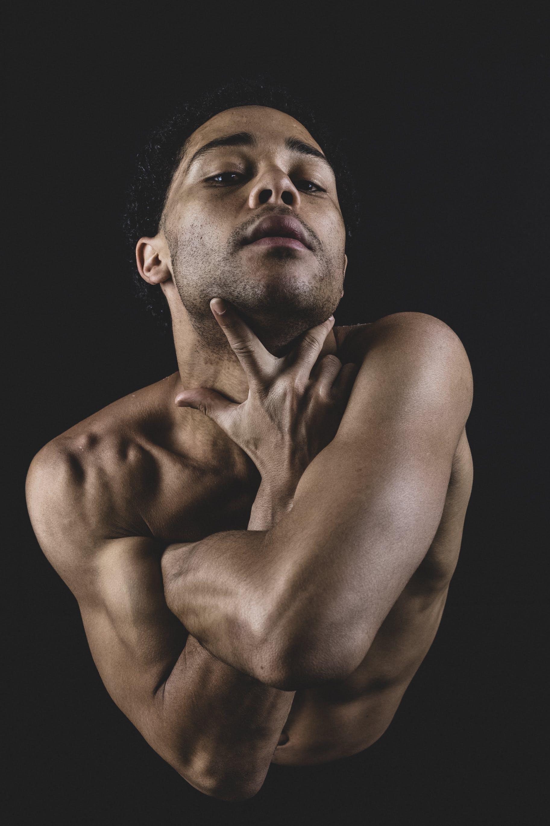Základová fotografie zdarma na téma bez trička, biceps, břišní svaly, černé pozadí