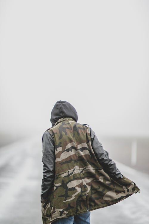 Photos gratuites de à la mode, camouflage, capuche, debout