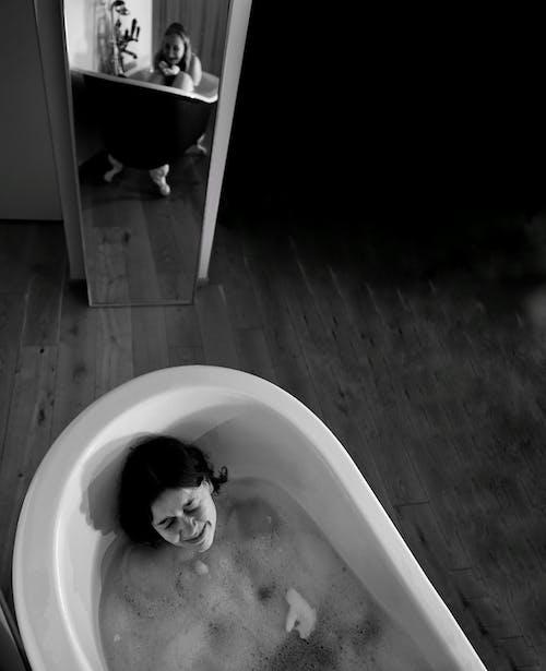 Photos gratuites de baignoire, bulles de savon, eau, échelle des gris