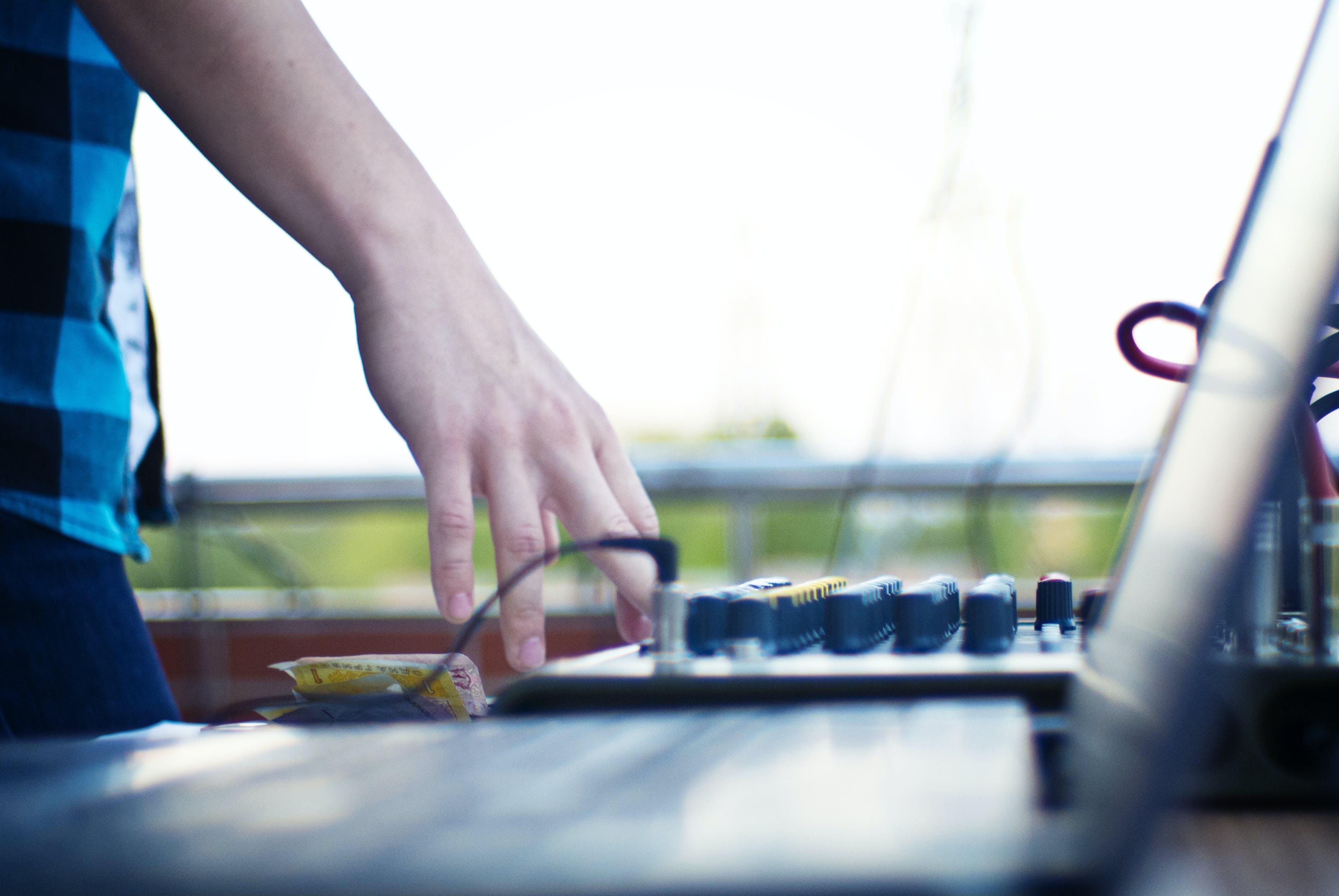 Kostenloses Stock Foto zu dj, hand, laptop, musik
