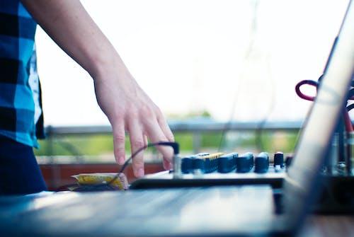 Gratis lagerfoto af bærbar computer, DJ, hånd, musik