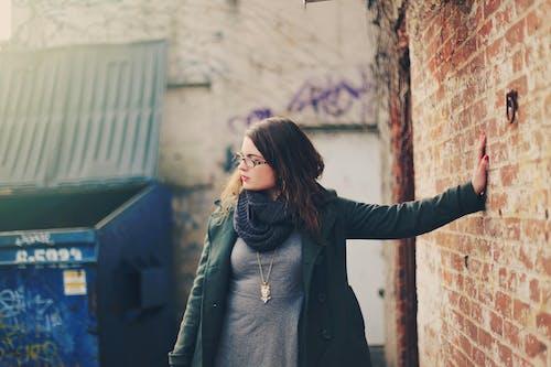 Základová fotografie zdarma na téma cihlová zeď, cihly, dospělý, focení