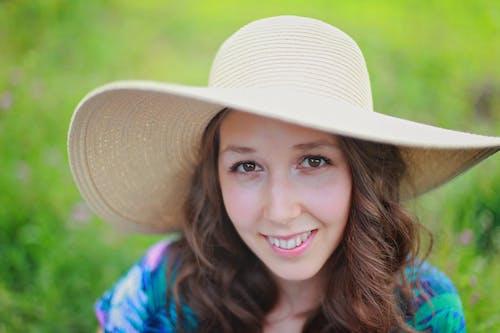 Kostnadsfri bild av flicka, gräs, hatt, kvinna