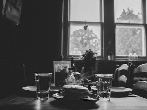 Δωρεάν στοκ φωτογραφιών με ασπρόμαυρο, γυαλί, δείπνο, δωμάτιο