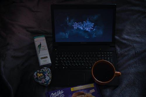 Darmowe zdjęcie z galerii z czekolada, harry potter, herbata, laptop
