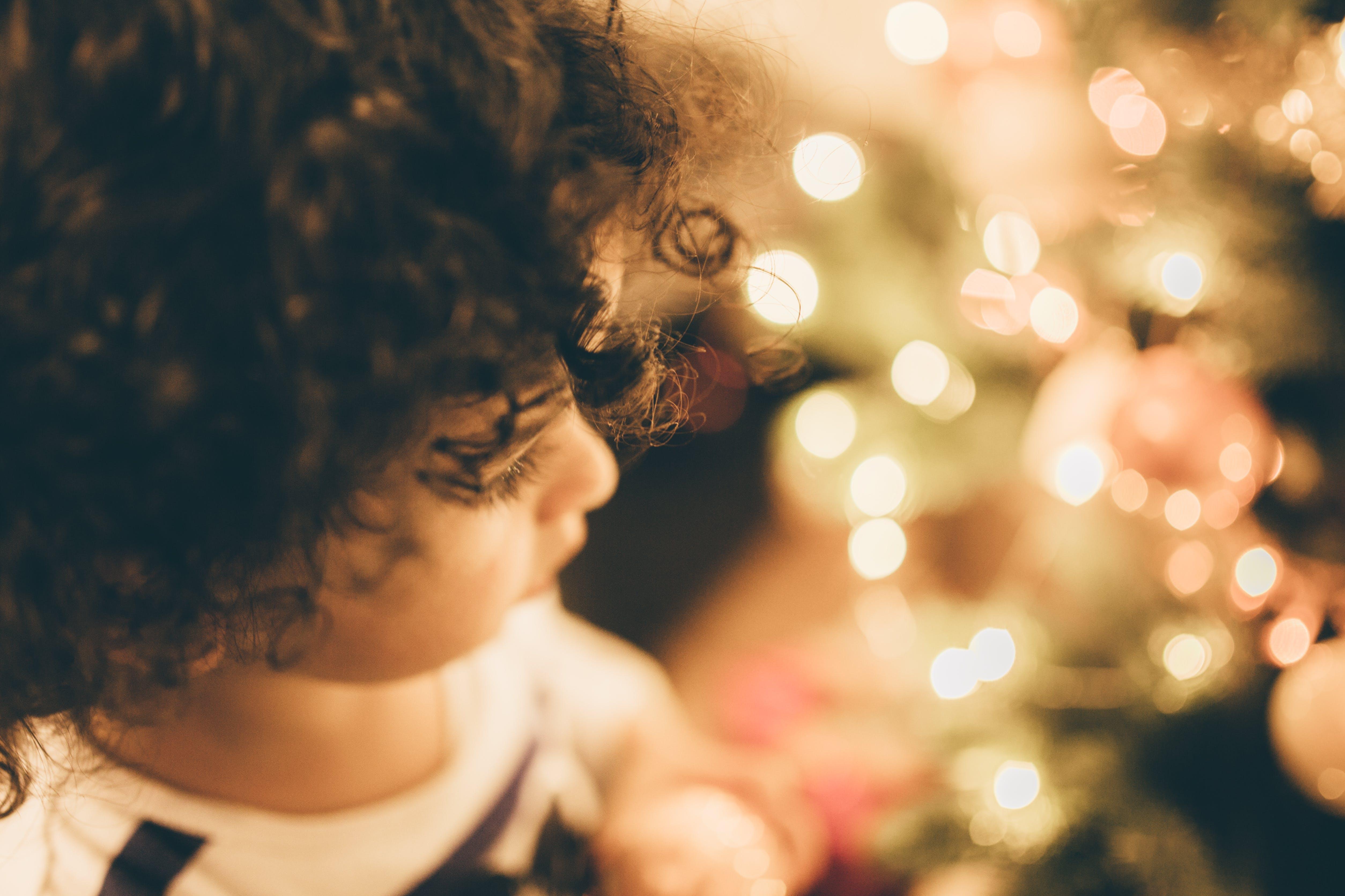 Foto profissional grátis de cabelo cacheado, criança, jovem, luzes de Natal