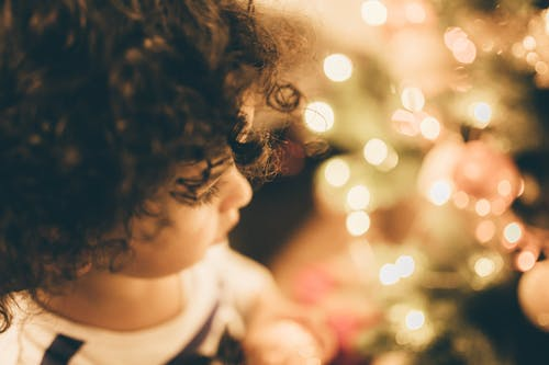 Imagine de stoc gratuită din ajunul crăciunului, beculețe de crăciun, copil