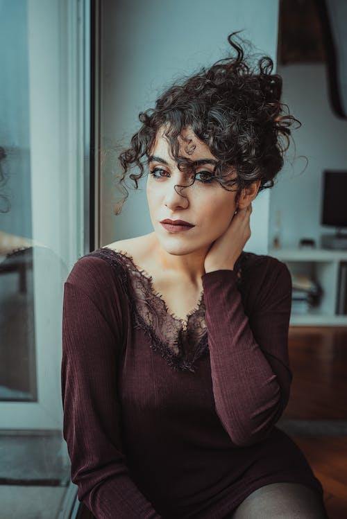 Ingyenes stockfotó beltéri, divat, göndör haj, gyönyörű nő témában