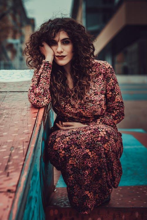 倚, 化妝, 咖啡色頭髮的女人, 女人 的 免費圖庫相片