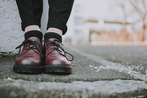 Fotos de stock gratuitas de acera, al aire libre, calcetines, calzado