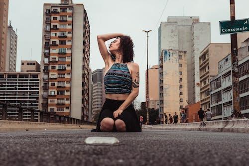 Fotobanka sbezplatnými fotkami na tému asfalt, bezstarostný, budovy, cesta